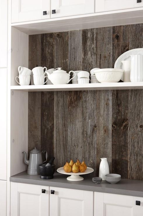 用作厨房特色墙的旧谷仓板
