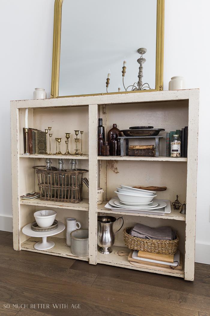 带收藏品的开放式书架-如何在杂乱中展示