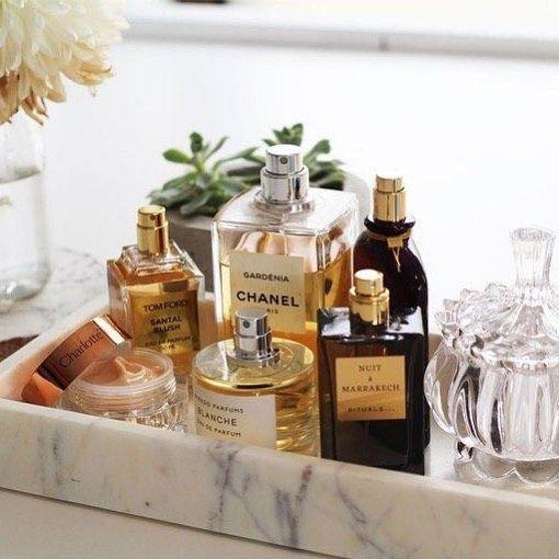 tray.jpg上的香水收藏