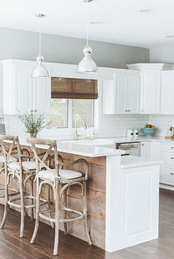 厨房半岛上的回收木材。jpg