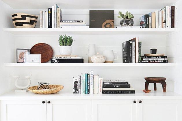 黑白相间的宽大书架