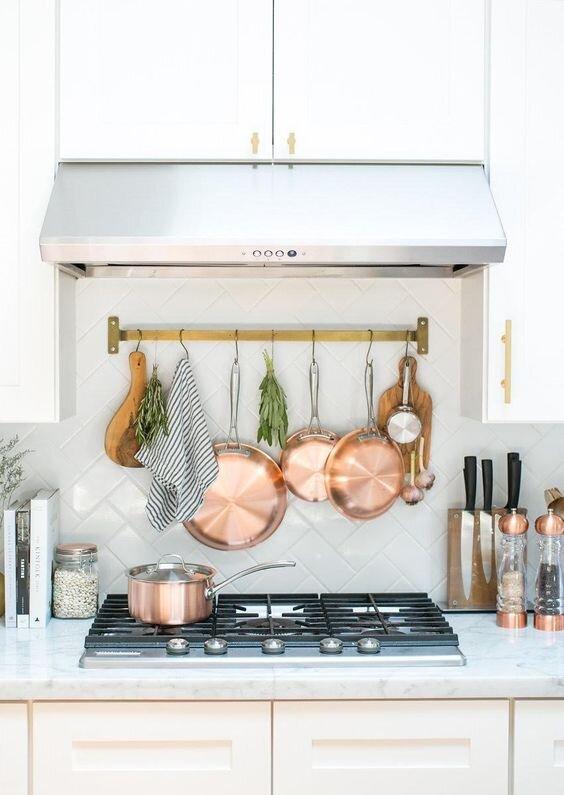 挂在厨房里的铜罐