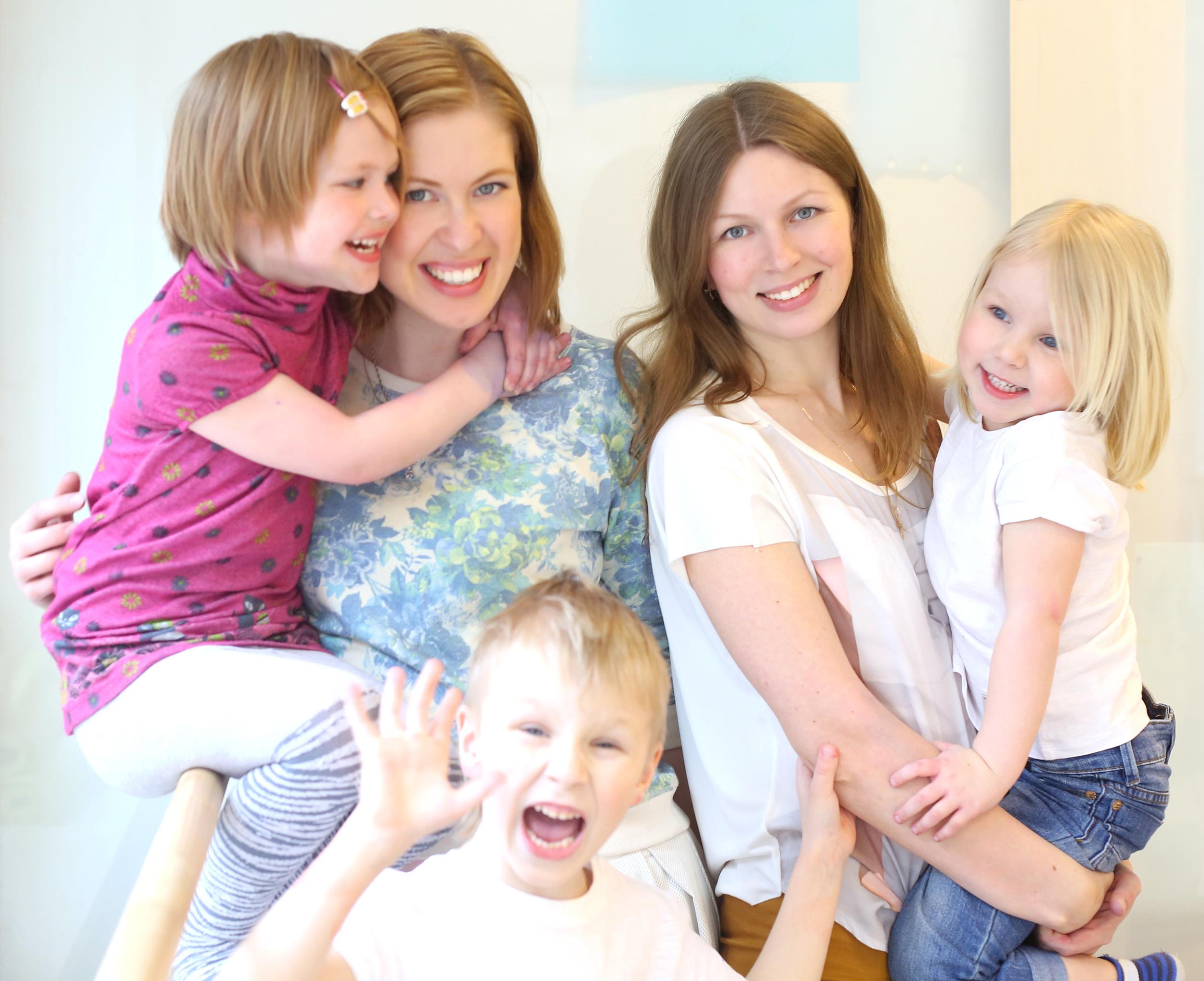 Анна Вендик с дочкой Софией и Ольга Васильева с детьми Андреем и Марией.