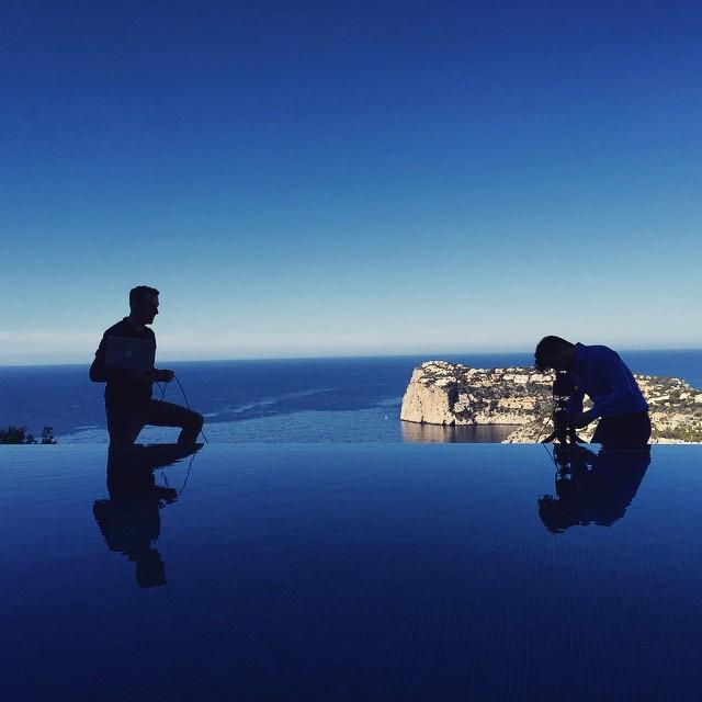 Fotoshooting am Pool einer Luxusvilla in Port Antraxt zusammen mit Art Director Sascha Reeka.