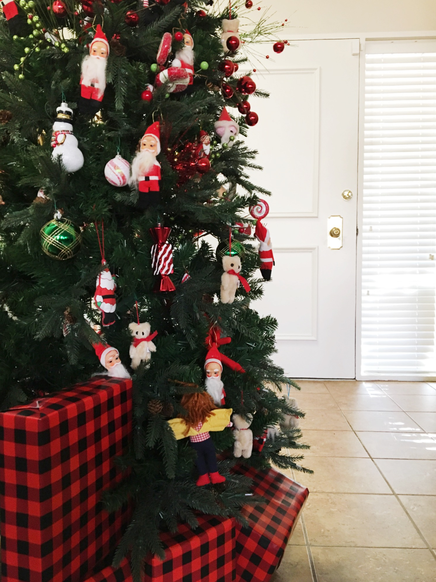 This is Daly's mom's Christmas tree decorated with ornaments from her great granny Alice's collection. How sweet!