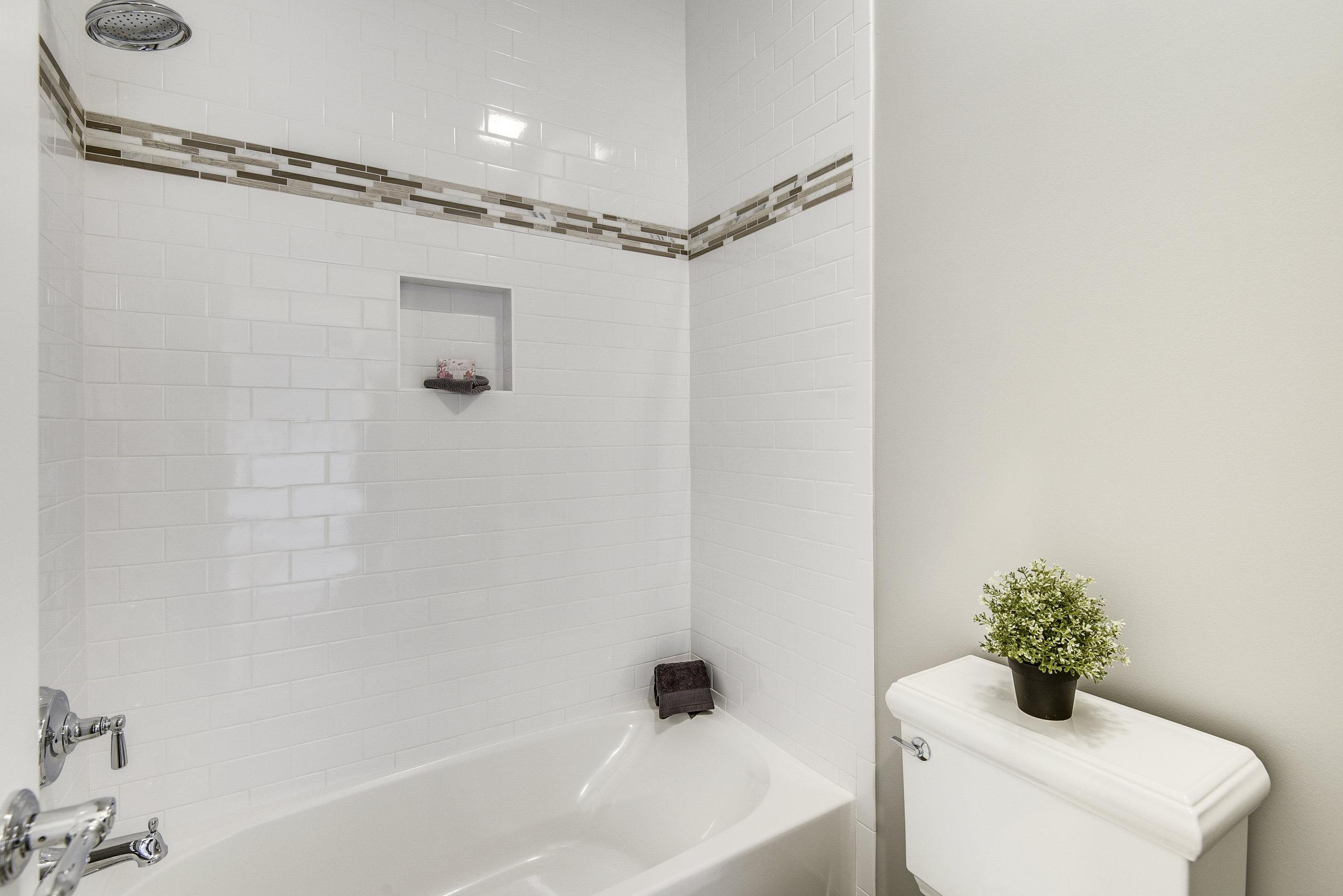 Upper Level-Bath-_DSC9435.JPG