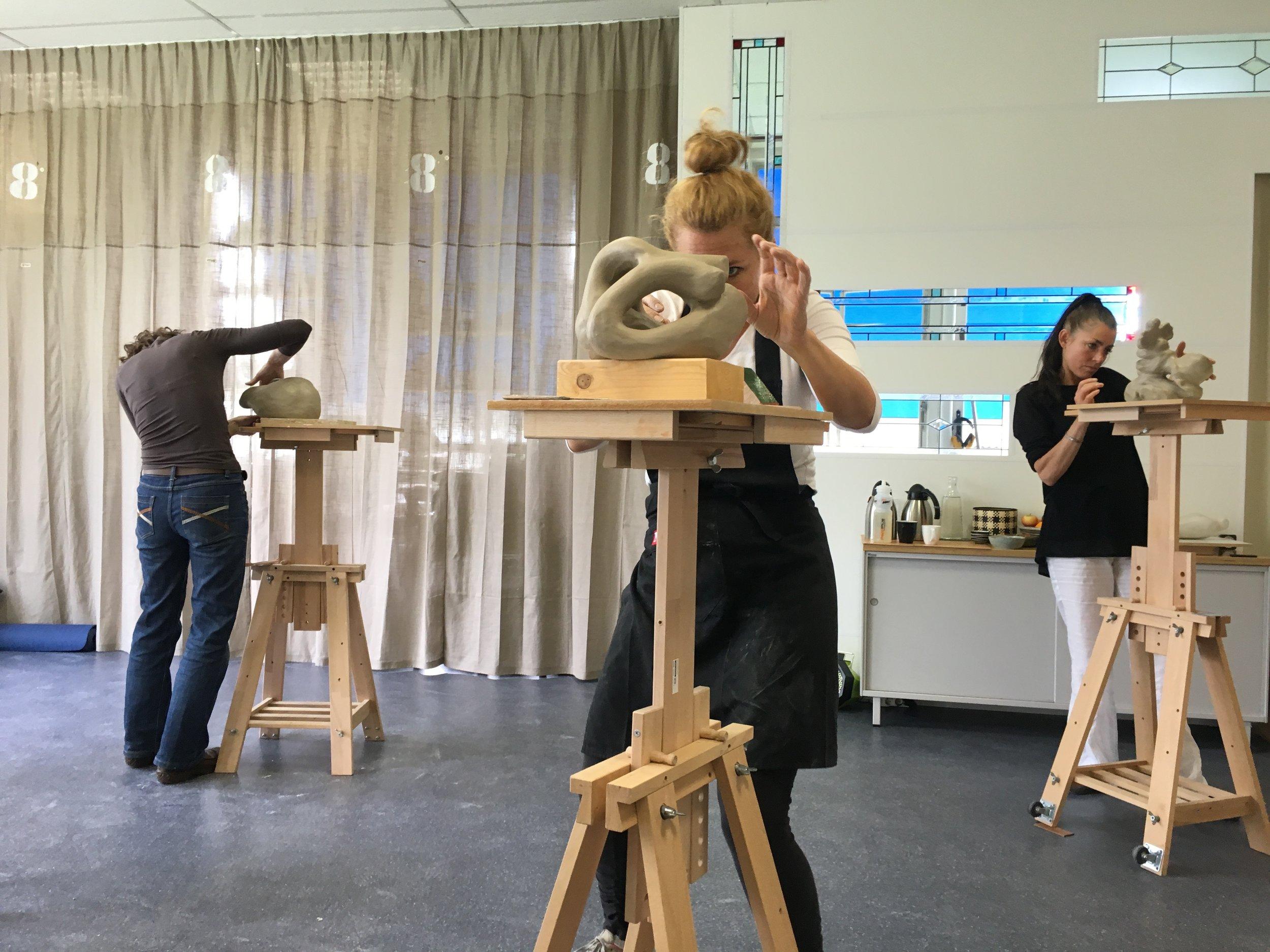 In de workshop Mindful Boetseren en Mediteren wordt boetseren afgewisseld met meditatie en yoga door Iris van Vemden.