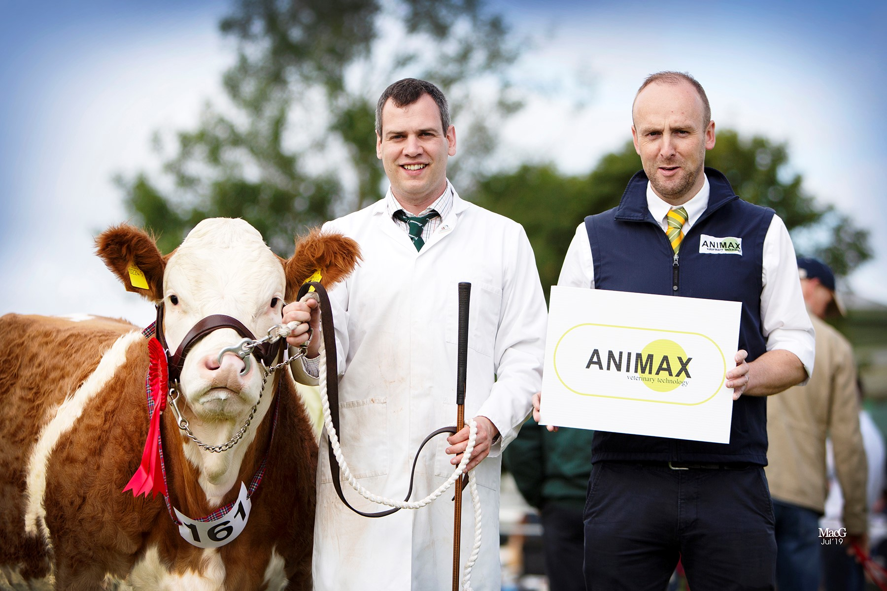 Shane McDonald, Tempo, exhibited Coolcran Lady Jasmine, winner of the junior heifer class. Included is sponsor Neill Acheson, Animax.