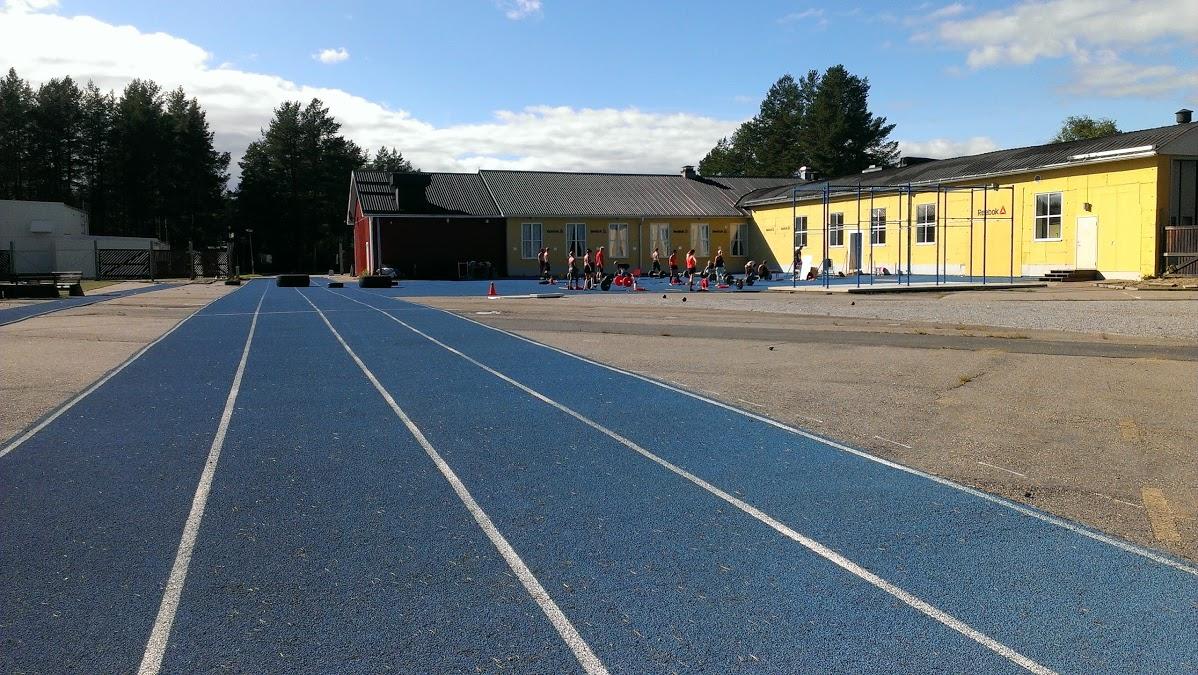 80 meter sprintbana med längdhoppsgrop och kulring.