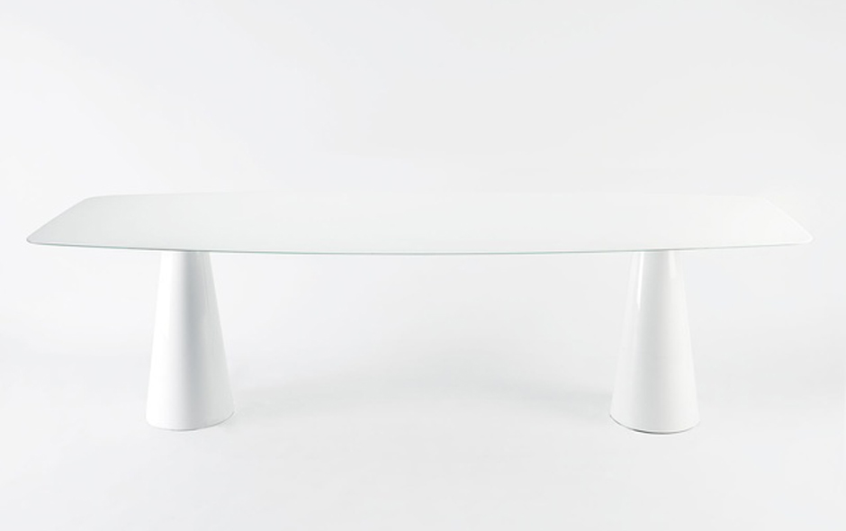 4/4 In a nod to Ettore Sottsass, the Oui table designed for Kartell by Ferruccio Laviani.