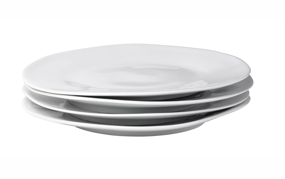2/6 The Famished dining plates are irregular in shape, each with its own personality.