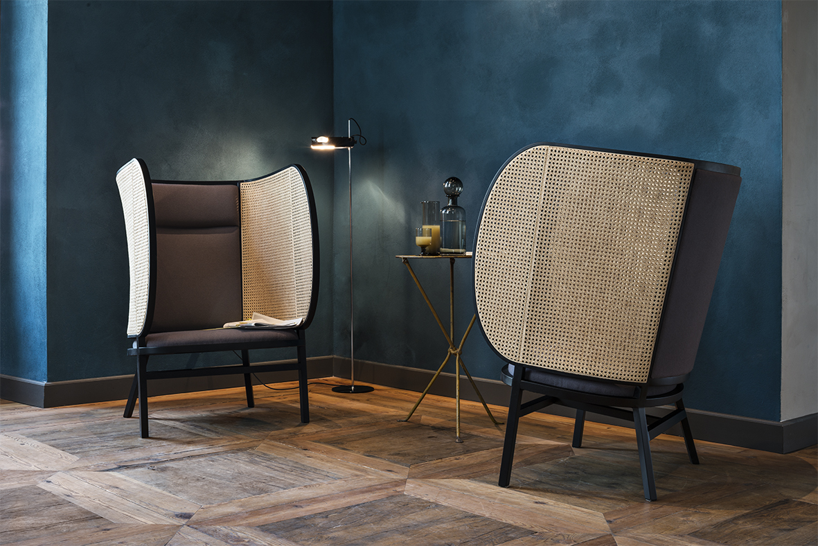 The Hideout lounge chair by Front Design combines comfort and design sophistication.It reflects the 160 year old stylistic features of Gebrüder Thonet Vienna GmbH.