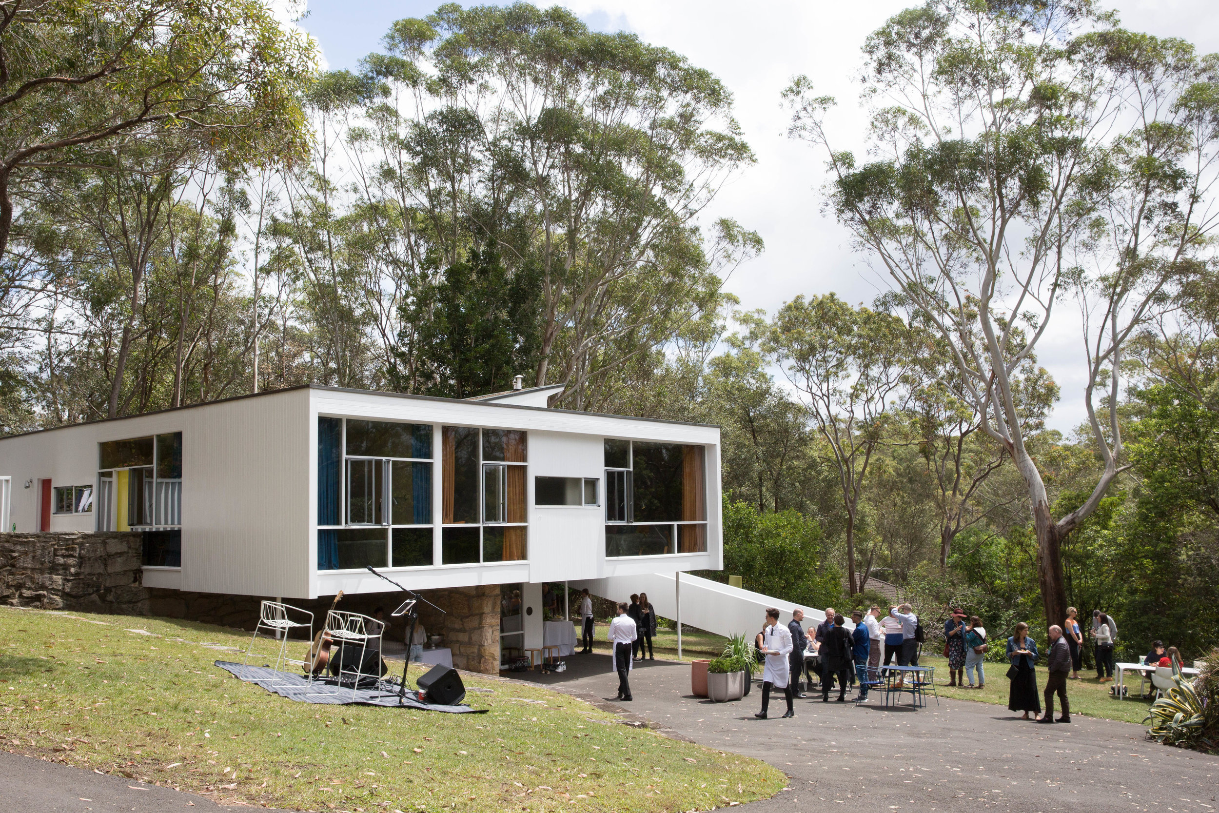 A spring picnic tour of the Rose Seidler House in Sydney,organised by Space Furniture and Sydney Living Museums,brought together architects and designers from across Australia.