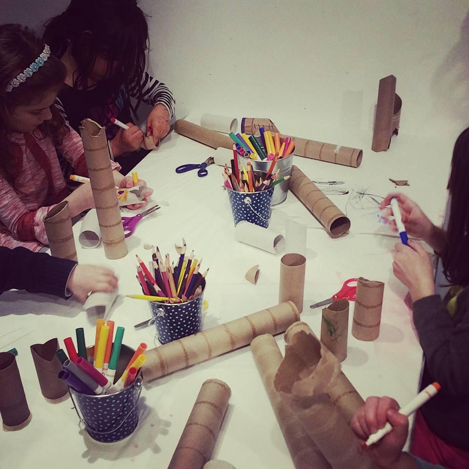 kids building sculptures
