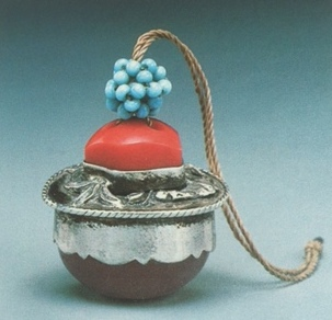 Small pendant or pei-jing made of silver, Chinese glass beads and amber (?), ca. 1900. Image courtesy Artist Magazine, Taipei, Taiwan. The hollow beaded sphere is a dodecahedron.