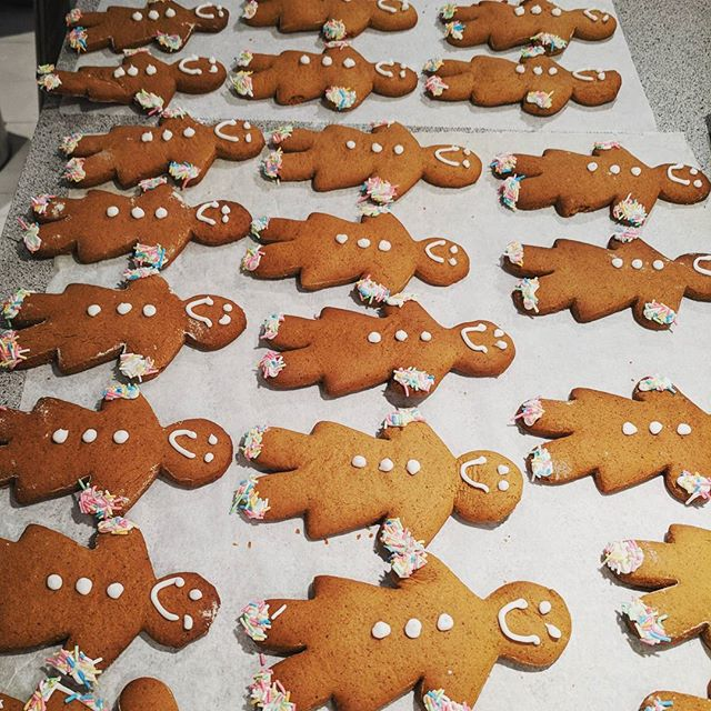 Smiling #gingerbread ladies, decorated with #royalicing and #sprinkles Because who doesn't love sprinkles! You will find these on my stand at #papirmøllacafe #drammen on Sunday! #glutenfree #dairyfree #lovebaking