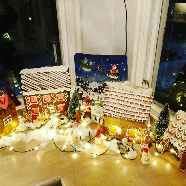 #gingerbreadvillage #sugarsnow #stainedglasseffect #christmas ☃️