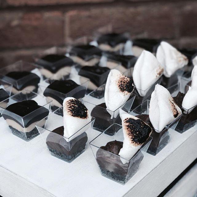 💥 DESSERT ALERT 💥 Tiny dessert pots for just the right dose of sweetness... •Salted caramel chocolate with an Oreo cookie butter base •S'mores Nutella with an oreo cookie butter base • • • • • #cakes #weddingcakeslondon #weddinglondon #londonweddingcakes #timeoutlondon #bridalcake #cakestagram #baking #gbbo #bakinglondon #chefsofinstagram #saltedcaramel #vanillabean #desserts #dessertpots