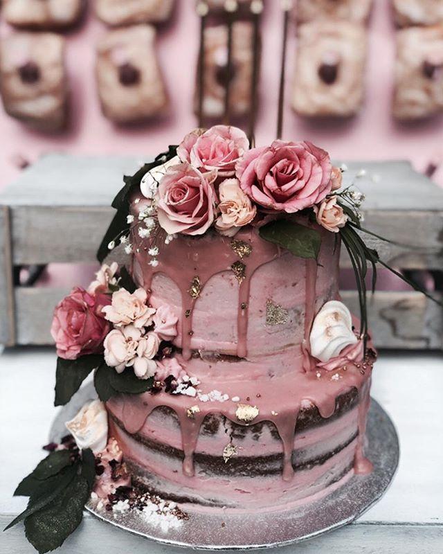 Is this cake goals or WHAT?! 💋 •BOTTOM TIER - Salted caramel sponge with chocolate ganache and vanilla bean buttercream •TOP TIER - Vanilla cake with blueberry white chocolate/ strawberries and cream • • • • • #cakes #weddingcakeslondon #weddinglondon #londonweddingcakes #timeoutlondon #bridalcake #cakestagram #baking #gbbo #bakinglondon #chefsofinstagram #saltedcaramel #vanillabean #desserts #dessertpots
