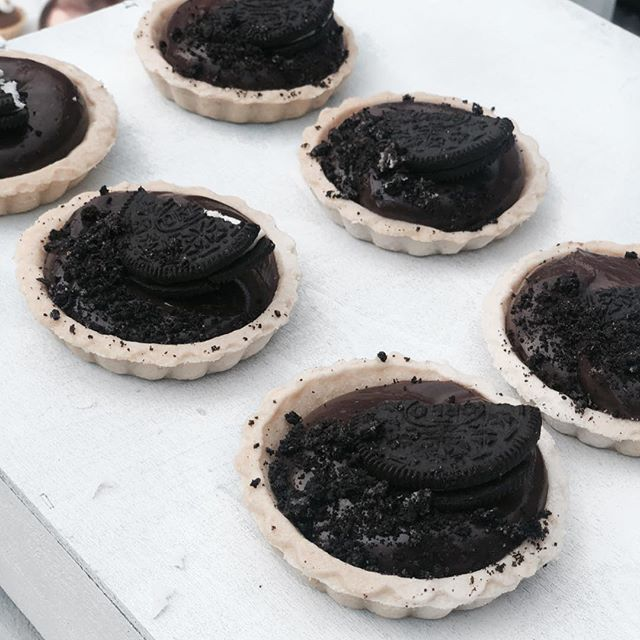 FRIDAYS are made for oreo's and Nutella, right?! ⚡️ •Nutella cheesecake + Oreo cookie crumble pastry's • • • • • #cakes #weddingcakeslondon #weddinglondon #londonweddingcakes #timeoutlondon #bridalcake #cakestagram #baking #gbbo #bakinglondon #chefsofinstagram #saltedcaramel #vanillabean #desserts #dessertpots #oreos #nutella