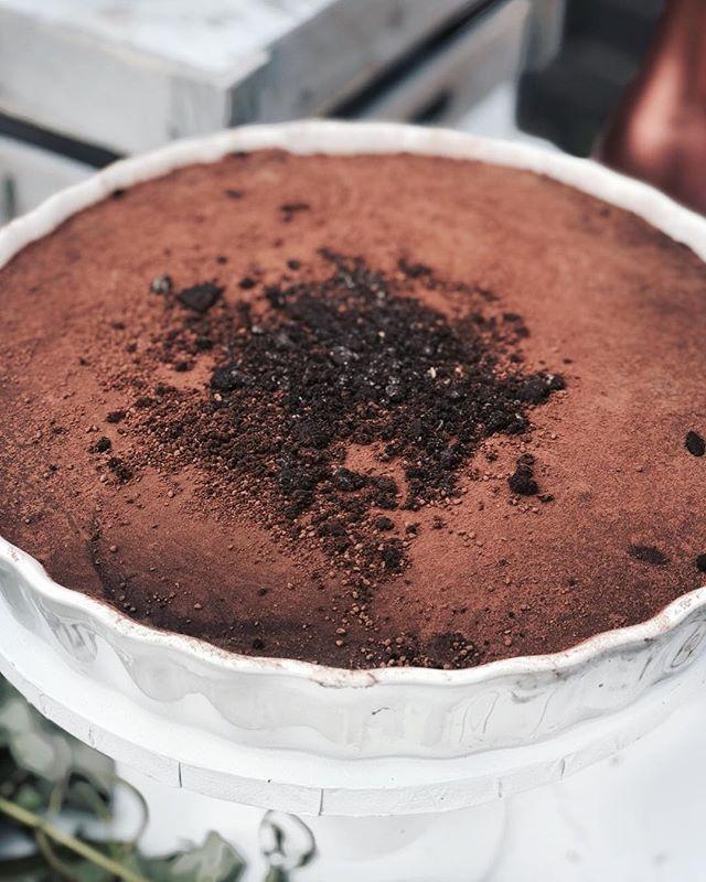 What's life without chocolate pie...🍫 • • • #cakes #weddingcakeslondon #weddinglondon #londonweddingcakes #timeoutlondon #bridalcake #cakestagram #baking #gbbo #bakinglondon #chefsofinstagram #saltedcaramel #vanillabean #desserts #dessertpots