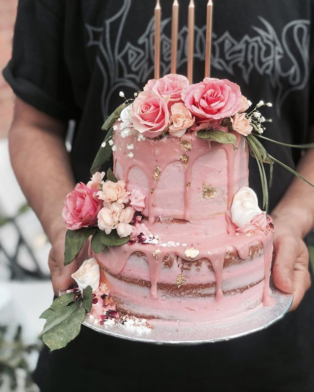 Pink to make the boys 😉...on this mega dream of a cake! ✖️BOTTOM TIER - strawberries and cream ✖️TOP TIER - salted caramel, vanilla bean 🍰 ✖️Shoutout @dannydesai for supplying the hands holding this killer cake ✋ • • • #cakes #weddingcakeslondon #weddinglondon #londonweddingcakes #timeoutlondon #bridalcake #cakestagram #baking #gbbo #bakinglondon #chefsofinstagram #saltedcaramel #vanillabean #desserts #dessertpots