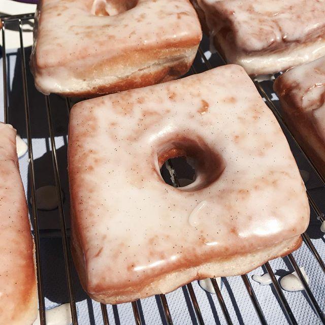 This OG Vanilla glaze donut is like a cloud of vanilla bean goodness.... 💕 • • • #cakes #weddingcakeslondon #weddinglondon #londonweddingcakes #timeoutlondon #bridalcake #cakestagram #baking #gbbo #bakinglondon #chefsofinstagram #saltedcaramel #vanillabean #desserts #dessertpots #donuts #donutslondon #hoxton #shoreditch
