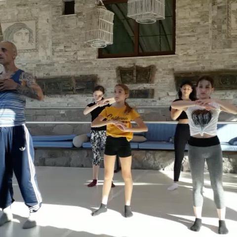 Mourka 2019 yaz bale okulumuzda 2. Gün ... çocuklarımızın enerjisi yüksek :) tempomuz yüksek :) #mourka #2019 #summer #ballet #school @ustalarinsahnesi @bertizboutiquehotelassos #assos #sivrice #sokakağzı #çanakkale #türkiye #art #music #soul #yoga #breath #sea #sun #yaz #bale #okulu