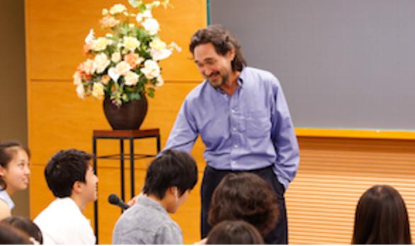 Stephen Murphy-Shigematsu teaching a class.