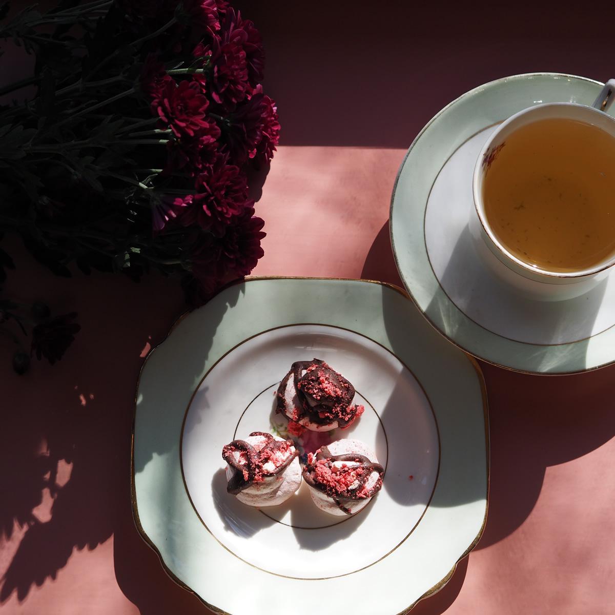 vegan aquafaba meringue kiss chocolate raspberry.jpg