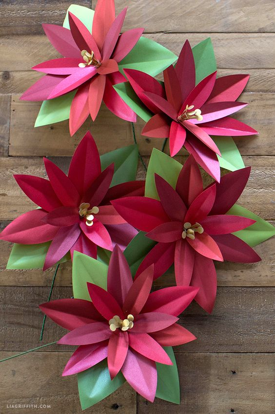 diy paper poinsettias - If it's hard to find botanical ones, try making your own Poinsettia flowers to decorate the Christmas table.