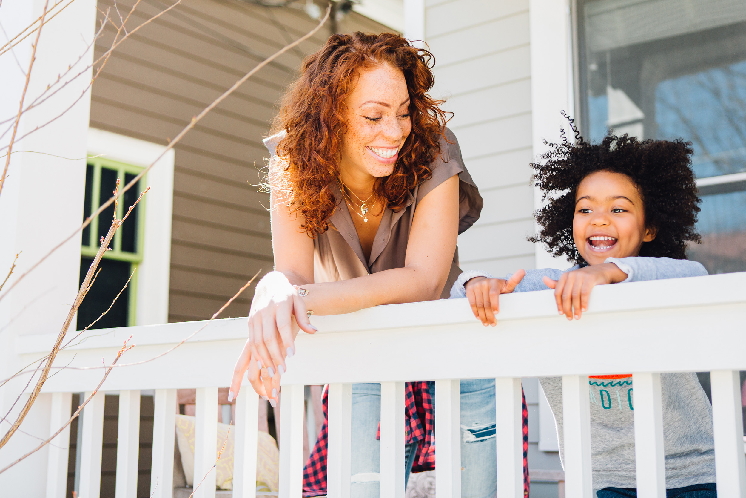 lifestyle commercial photographer   sisters on porch