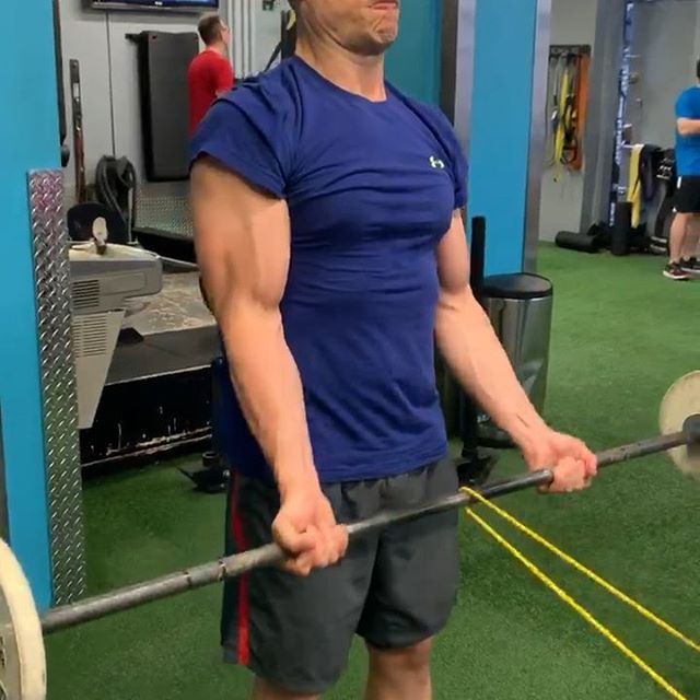 Quick little arm finisher from coach @mikejdewar.  _ 5 Rounds 10 Close Grip Bench 10 Banded Curls 10 Cal Sprint _ #j2fitweightlifting #personaltraining #newyorkfitness #biceps #armday #benchpress #functionalbodybuilding #bodybuild #crossfit #cincifitness #stronger #mflh #movefastliftheavy #powerlifting #armpump #triceps #bisandtris #equinox #newyorksportsclub #chelseanyc #nyc #roguefitness