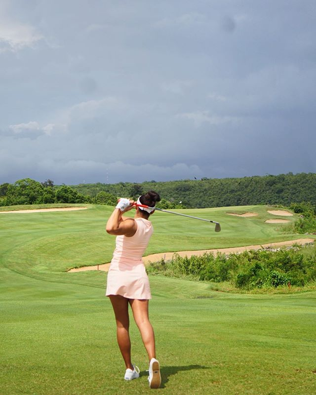 👉What's the fastest round of golf you've ever played!? In my opinion nothing beats being able to play a round of golf without waiting! Me and @mamischnider had the golf course all to ourselves at @casadecampodr during our visit to the #DominicanRepublic last month! 😎 We played as fast as we could to beat the rain and got some beautiful pictures along the way 😍 Eventually the rain got to us but we were able to play 9 holes in a little over an hour! 📸: @mamischnider