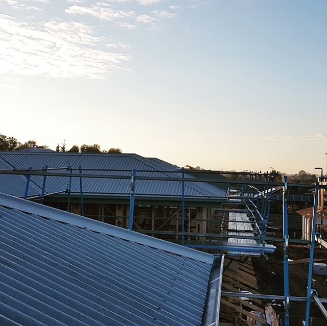 Not the greatest time of the year to be doing roofs but thanks to the guys at @plumbinggroupaustralia for pushing through these testing winter conditions and making huge progress at Tarneit Views Multi residential development #rooftop #roof #colorbond #development #construction #winter #wetweather #madok #developer #builder #plumbing
