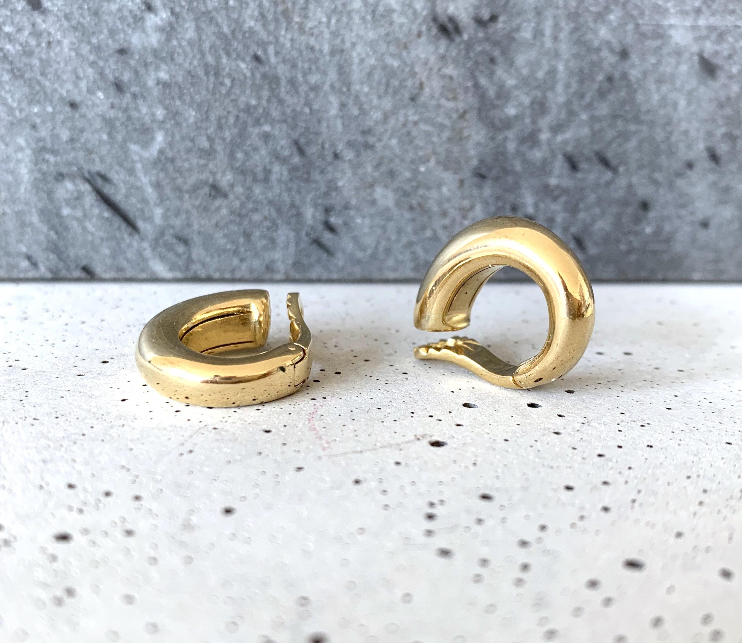 bas prix cc621 1755f Piaget, Créoles en or jaune pour oreilles non percées — Bijoux Anciens  Paris : E-shop de Bijoux Anciens & Vintage de luxe
