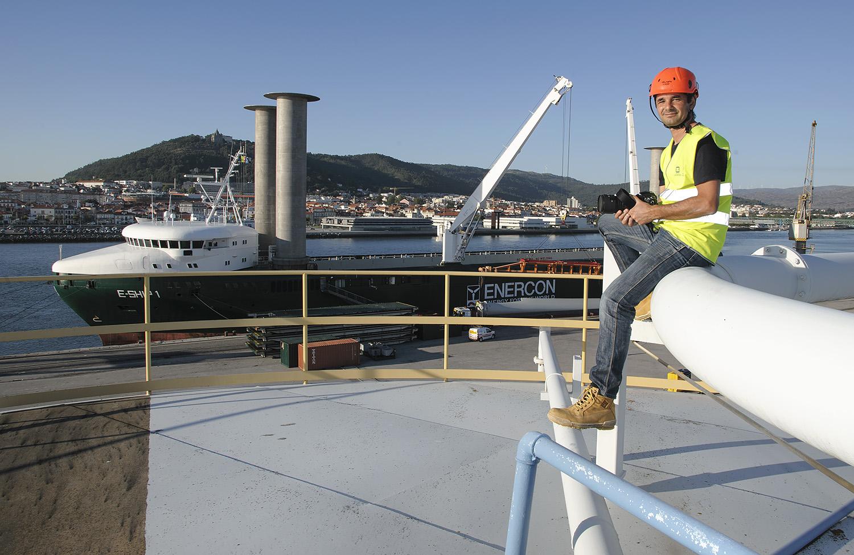 """No topo de um silo (a que subi inúmeras vezes), com vista para um estranho navio """"àvela""""... em sintonia com as pás eólicas que está a carregar."""