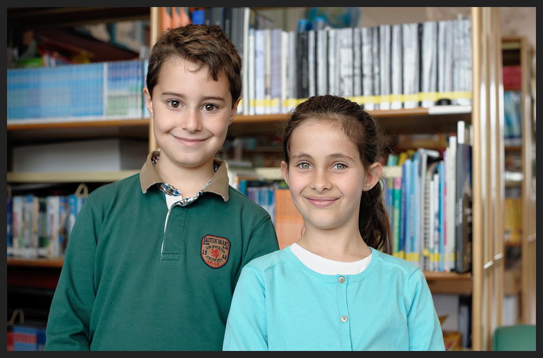 Jovens alunos de uma novíssima escola pública.