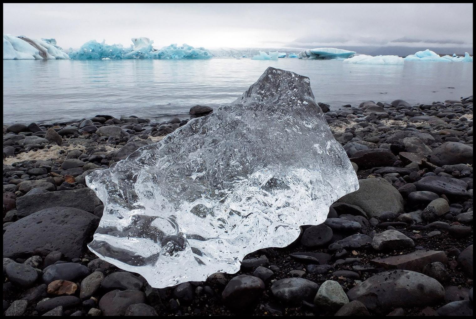 Lago Jökulsárlón, Islândia.    Esta fotografia foi captada com uma câmara compacta Fujifilm X10. O pequeno sensor de apenas 2/3'' consegue uma profundidade de campo espantosa mesmo a grandes aberturas e a curtíssimas distâncias do objeto em primeiro plano (foi utilizado o modo macro para focar no bloco de gelo). Por outro lado, como não tem espelho, evita vibrações durante o disparo - mesmo com velocidades lentas - e possibilita a utilização de um ISO baixo. Com uma reflex, dificilmente conseguia o mesmo resultado de forma tão fácil e rápida. E desenganem-se os que pensam que esta foto só funciona em ecrã: tenho a respetiva impressão em formato A2 exposta em casa.