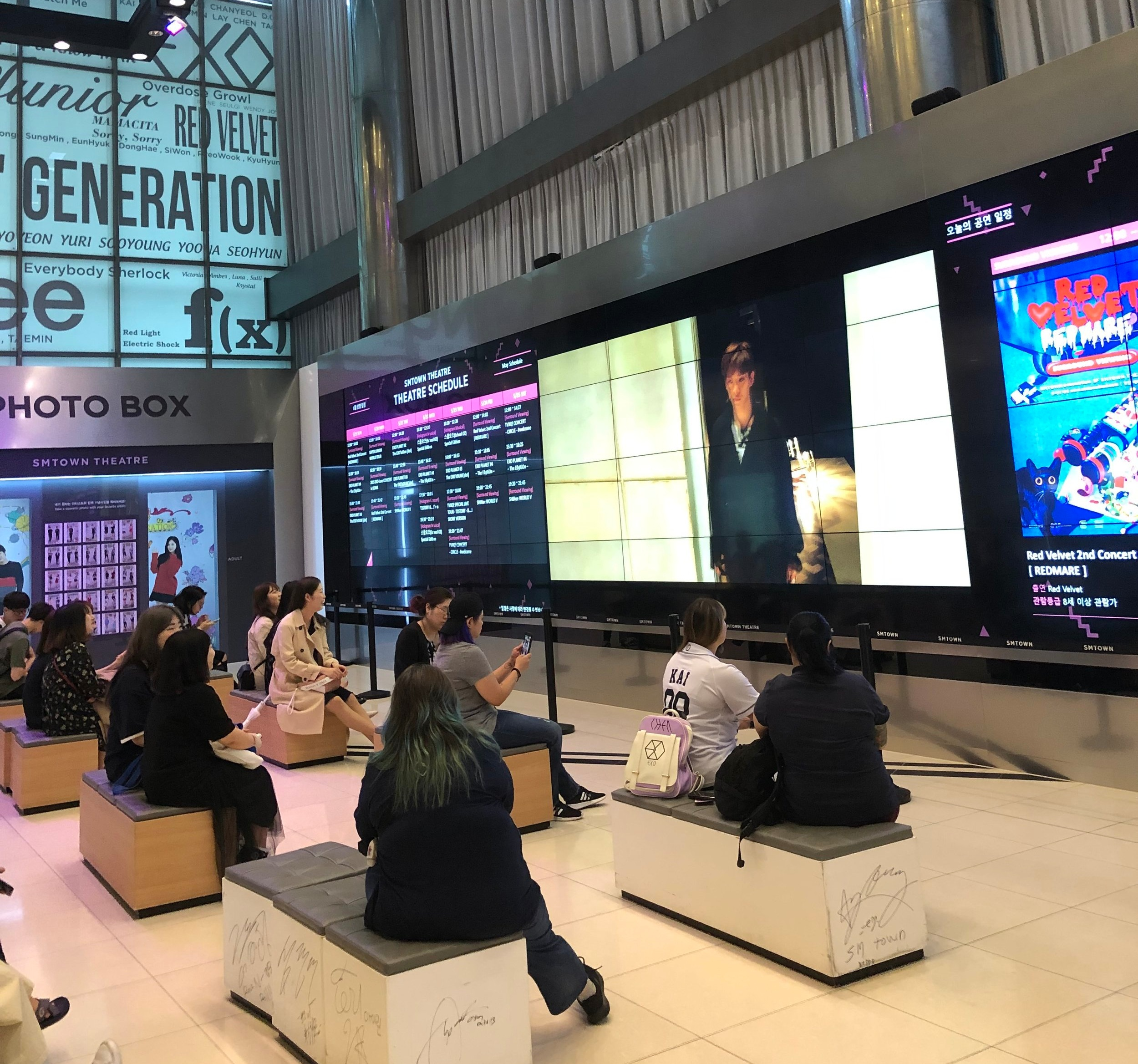 Fans waiting for the show to start (SMTOWN Museum)