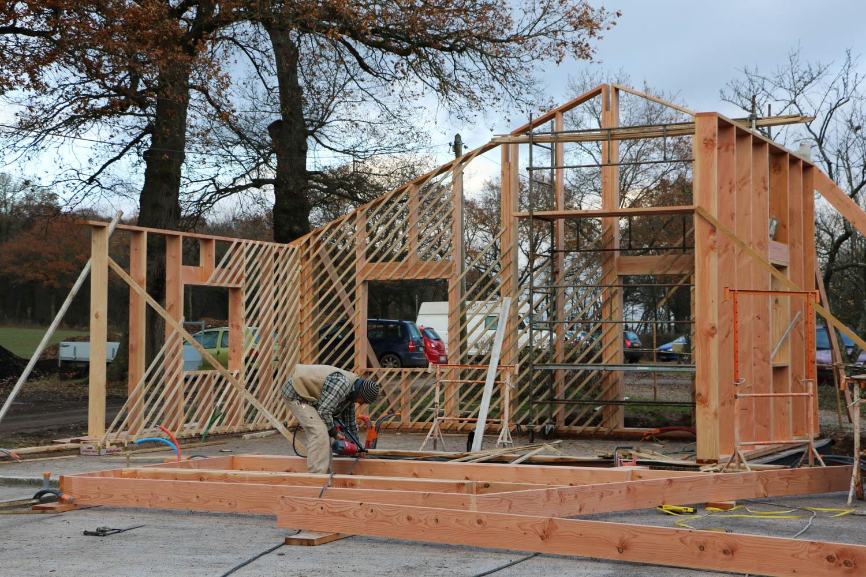 La structure en bois du bâtiment s'assemble comme un puzzle