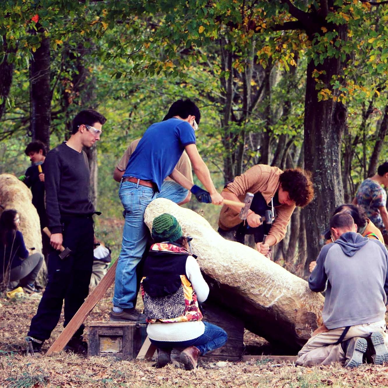 Un ande formation - Durant 30 semaines, d'octobre à juin, les étudiants rencontrent une grande variété de matières et de pratiques artistiques, à travers des cours délivrés par périodes. Des projets collectifs et individuels jalonnent le cours de l'année.