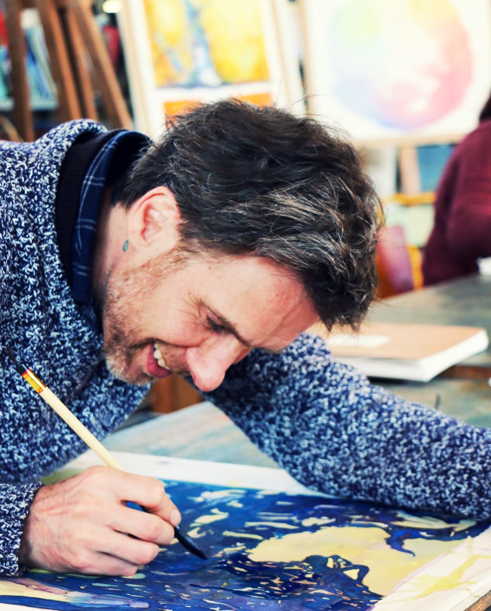 James della Negra - Formé à l'école de peinture «Assenza» à Dornach (Suisse), James della Negra a collaboré dans différents ateliers, celui de Charles Blockey en Suisse, Didier le Marec à l'Atelier du Coin entre autres. Il a travaillé également dans plusieurs ateliers à Paris et dans le sud de la France notamment à Alès où il a été co-fondateur de l'espace d'art : Vues d'ensemble. Depuis plusieurs années il travaille au Foyer Michaël en tant que co-responsable de la formation générale, et y anime l'atelier peinture.