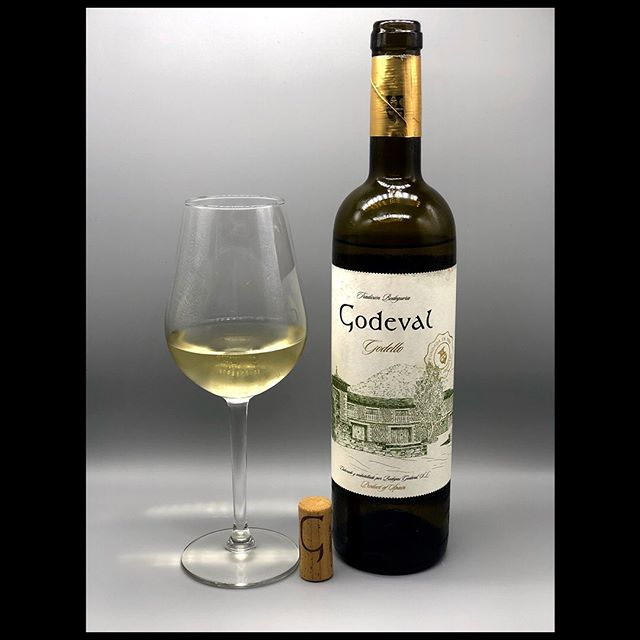 On today's show we dive into the wonderful world of #Godello #SpanishWine that has quickly become a favorite of ours.  #Albariño for the work week and #Godello for the weekend makes for a perfect summer.  #wine #winelover #whitewine #ilovelees
