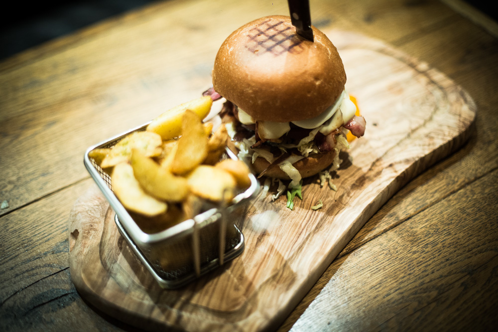 A mouthwatering burger served in La Esquina in Kolonaki (Picture via  Website )