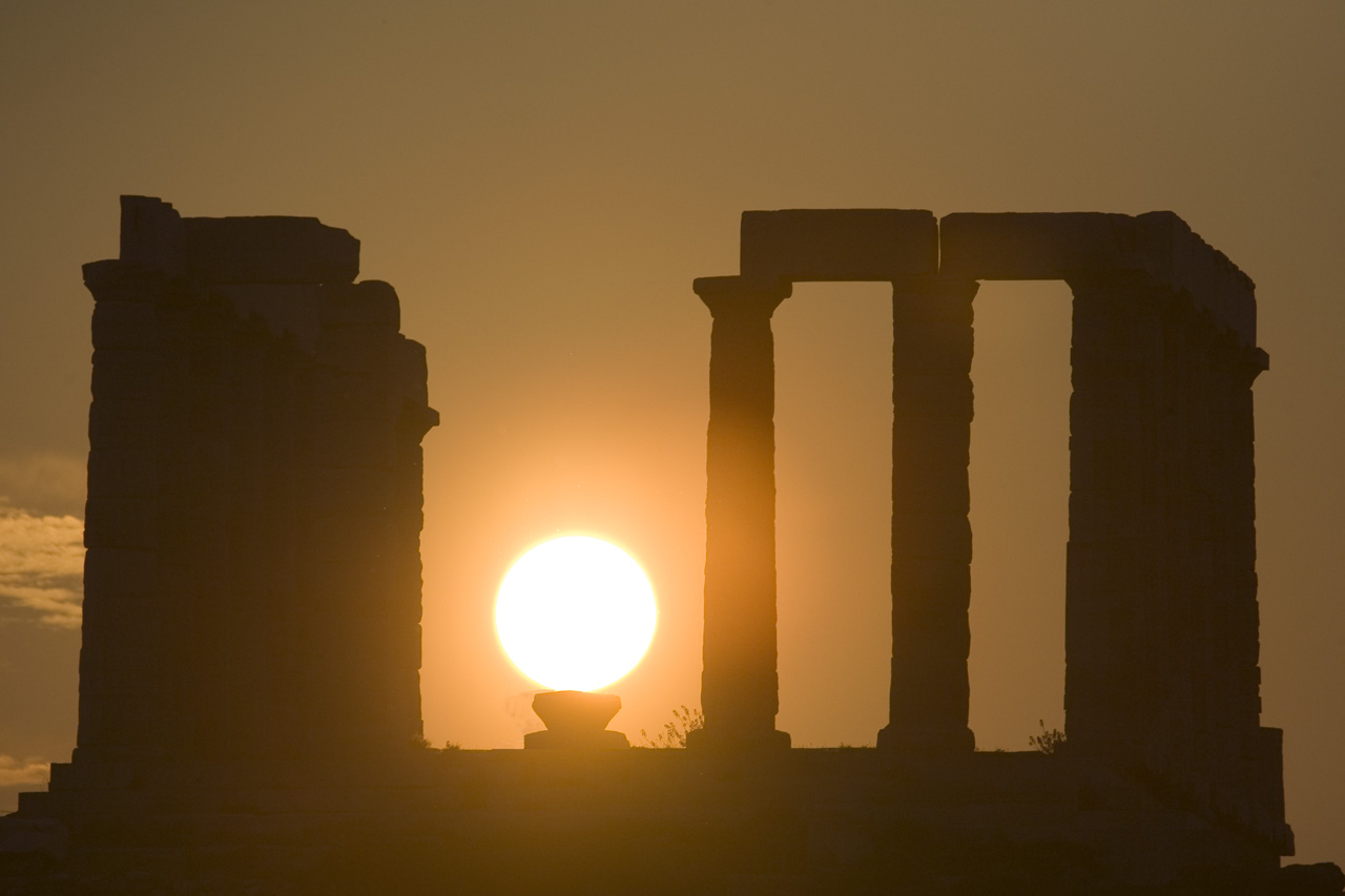 Scenic sunset at the Temple of Poseidon in Sounio (Picture via Flickr)