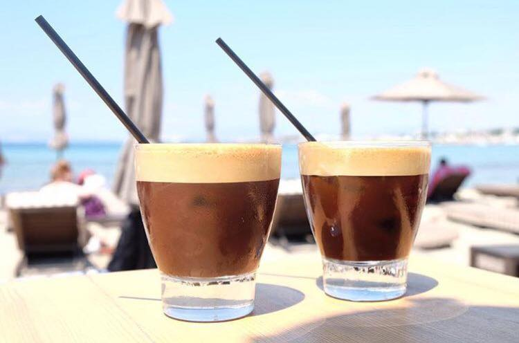 Coffee on the beach at Balux Cafe in Glyfada (Picture via  Facebook )