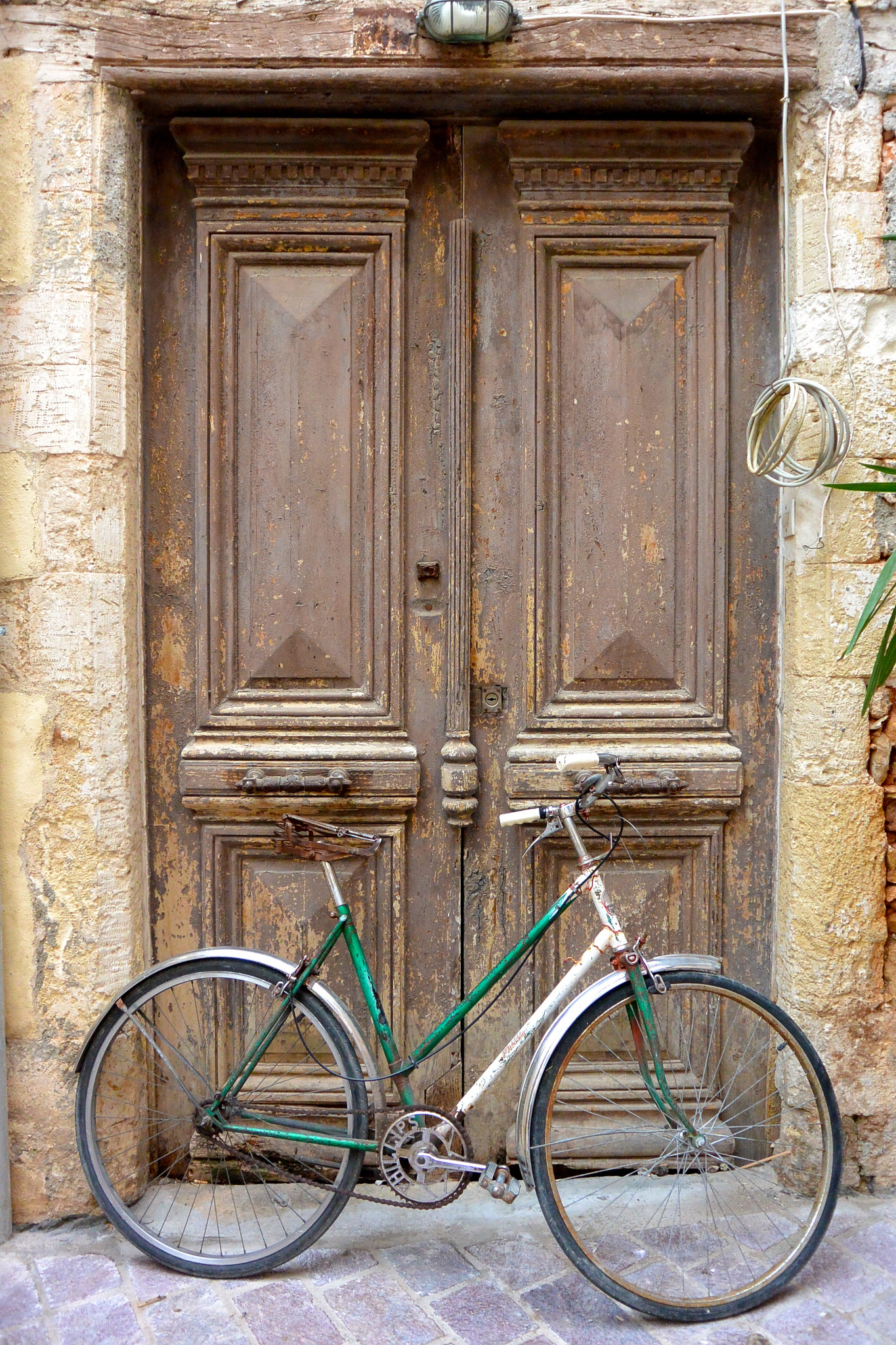There are beautiful alleys to explore on a bike (Picture by Rev Stan/Flickr)