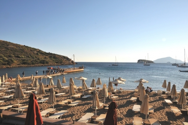 Sandy beach of Hotel Aegeon on the footsteps of The Temple of Poseidon in Sounio (Picture by Hotel Aegeon/Website)