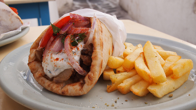 The notorious Greek souvlaki is a MUST on your trip to Greece (Picture by Ben Ramirez / Flickr)